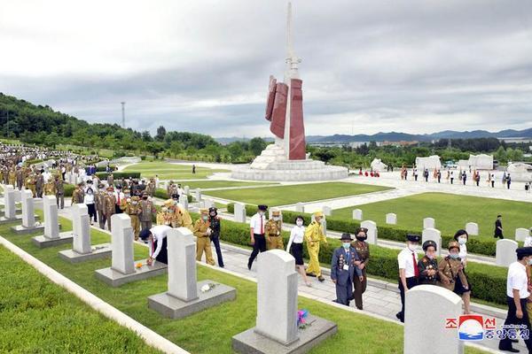 Triều Tiên bắn pháo hoa kỷ niệm Ngày Chiến thắng - Ảnh 12.