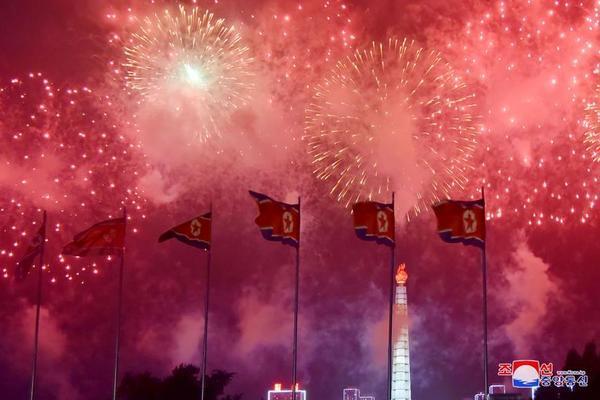 Triều Tiên bắn pháo hoa kỷ niệm Ngày Chiến thắng - Ảnh 2.