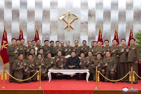 Triều Tiên bắn pháo hoa kỷ niệm Ngày Chiến thắng - Ảnh 3.