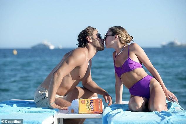 Con gái nữ diễn viên Lisa Rinna nổi bật với bikini tím, hôn đắm đuối bạn trai tại Cannes - Ảnh 6.