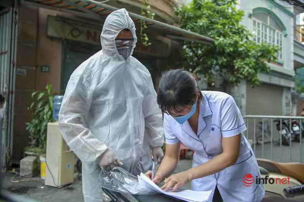 Hà Nội: Đưa 37 người ở Mễ Trì liên quan nhân viên quán pizza nhiễm Covid-19 đi cách ly - Ảnh 2.