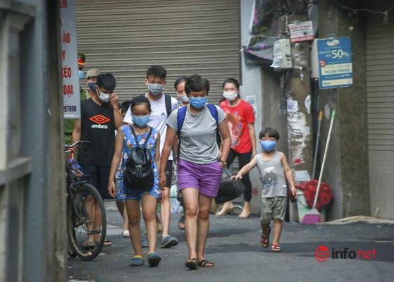 Hà Nội: Đưa 37 người ở Mễ Trì liên quan nhân viên quán pizza nhiễm Covid-19 đi cách ly - Ảnh 3.