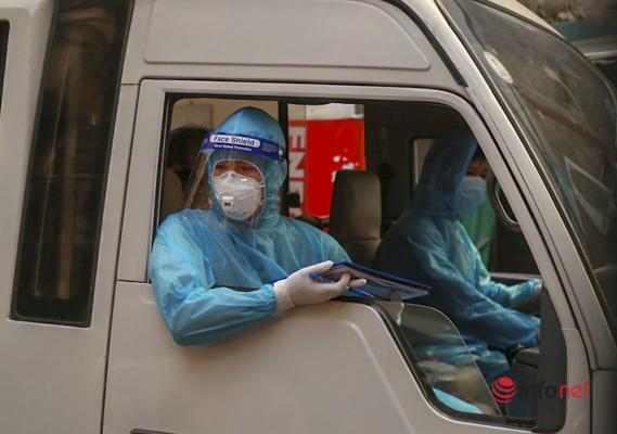 Hà Nội: Đưa 37 người ở Mễ Trì liên quan nhân viên quán pizza nhiễm Covid-19 đi cách ly - Ảnh 7.
