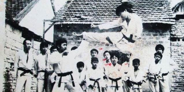 Vén màn võ sư Việt chuyên trấn áp côn đồ, một mình hạ 10 tên cướp ở Sài Gòn - Ảnh 1.