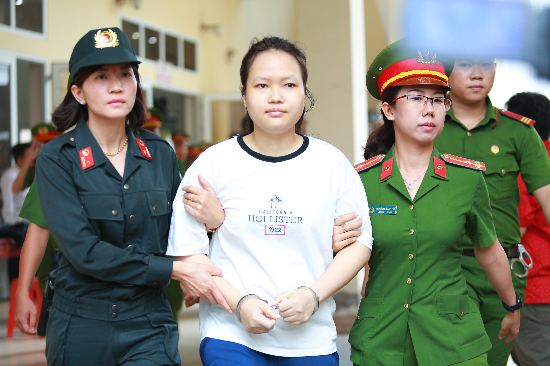 Người thân nữ chủ mưu vụ giết người đổ bê tông khóc nghẹn, chạy với theo xe tù sau khi con gái nhận án tử - Ảnh 14.