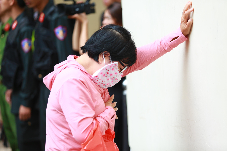Người thân nữ chủ mưu vụ giết người đổ bê tông khóc nghẹn, chạy với theo xe tù sau khi con gái nhận án tử - Ảnh 17.