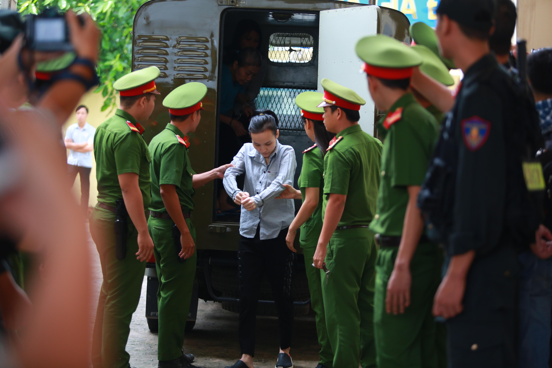 Người thân nữ chủ mưu vụ giết người đổ bê tông khóc nghẹn, chạy với theo xe tù sau khi con gái nhận án tử - Ảnh 2.