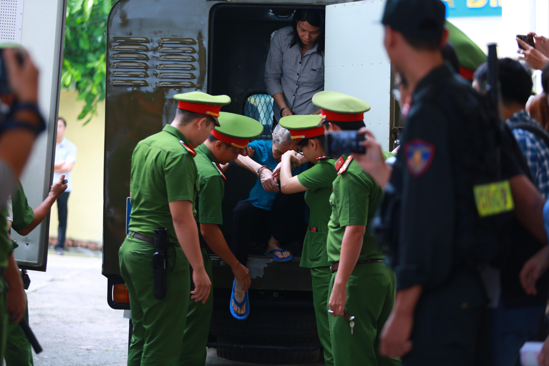 Người thân nữ chủ mưu vụ giết người đổ bê tông khóc nghẹn, chạy với theo xe tù sau khi con gái nhận án tử - Ảnh 4.