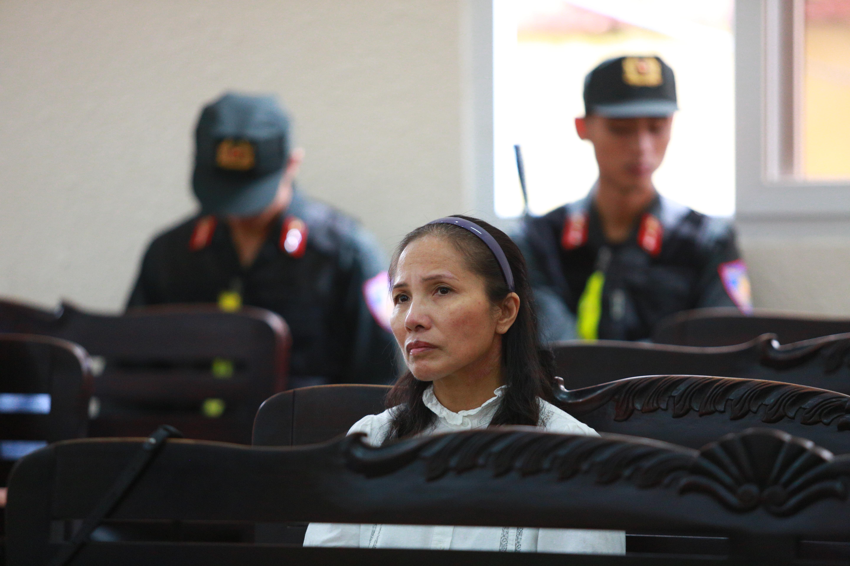 Người thân nữ chủ mưu vụ giết người đổ bê tông khóc nghẹn, chạy với theo xe tù sau khi con gái nhận án tử - Ảnh 13.