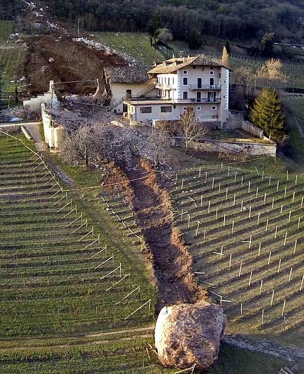 12. Bức ảnh nói lên sức tàn phá khủng khiếp của lở núi. Tảng đá khổng lồ này đã phá tan 1 ngôi nhà trên quỹ đạo di chuyển của nó.