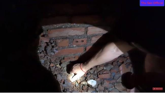 """Khoe đêm hôm đào được cổ vật đẹp nhất tỉnh Cao Bằng, cô dâu 63 tuổi và chồng trẻ bị dân mạng cười vì nội dung """"tấu hài cực mạnh"""" - Ảnh 1."""