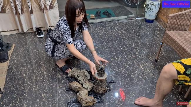 """Khoe đêm hôm đào được cổ vật đẹp nhất tỉnh Cao Bằng, cô dâu 63 tuổi và chồng trẻ bị dân mạng cười vì nội dung """"tấu hài cực mạnh"""" - Ảnh 2."""