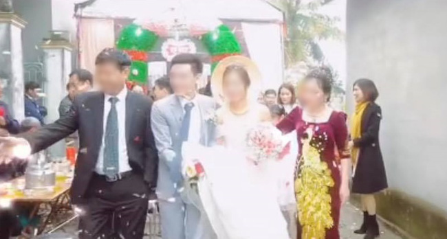 Quá mừng vì cưới được vợ, chú rể có hành động quá đà khiến mẹ đẻ vội đập thẳng tay vào váy cưới để nhắc nhở - Ảnh 1.