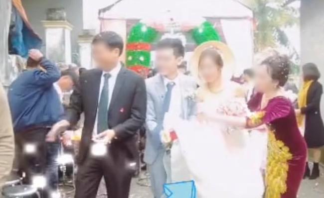Quá mừng vì cưới được vợ, chú rể có hành động quá đà khiến mẹ đẻ vội đập thẳng tay vào váy cưới để nhắc nhở - Ảnh 2.