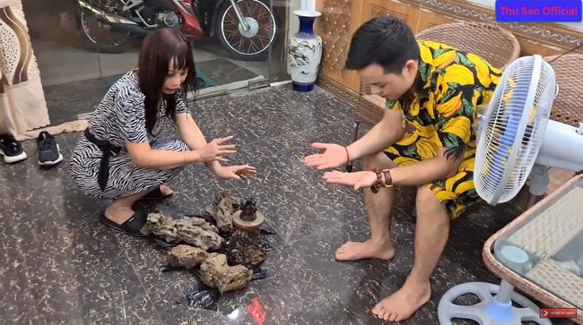"""Khoe đêm hôm đào được cổ vật đẹp nhất tỉnh Cao Bằng, cô dâu 63 tuổi và chồng trẻ bị dân mạng cười vì nội dung """"tấu hài cực mạnh"""" - Ảnh 3."""