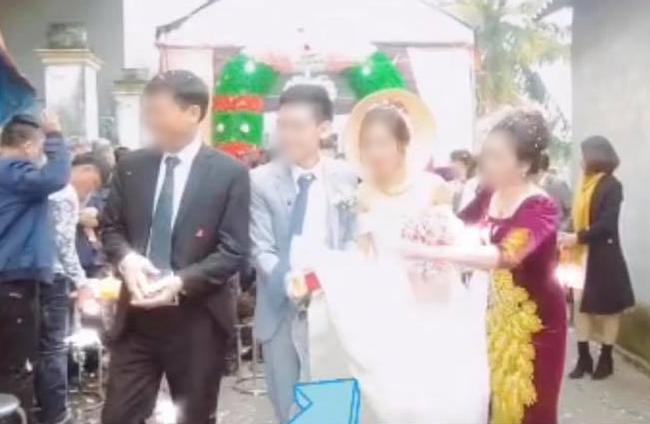 Quá mừng vì cưới được vợ, chú rể có hành động quá đà khiến mẹ đẻ vội đập thẳng tay vào váy cưới để nhắc nhở - Ảnh 3.