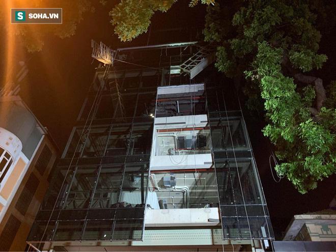 Hiện trường vụ thang treo lắp kính gãy đôi trên cao, 3 người rơi xuống đất tử vong - Ảnh 4.