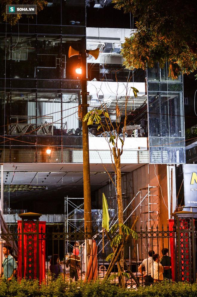 Hiện trường vụ thang treo lắp kính gãy đôi trên cao, 3 người rơi xuống đất tử vong - Ảnh 2.