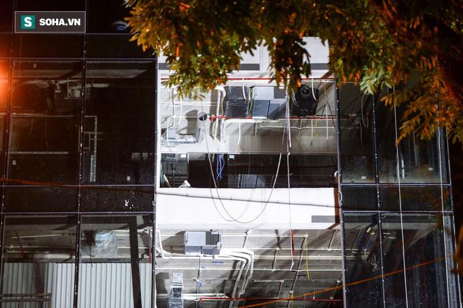 Hiện trường vụ thang treo lắp kính gãy đôi trên cao, 3 người rơi xuống đất tử vong - Ảnh 7.
