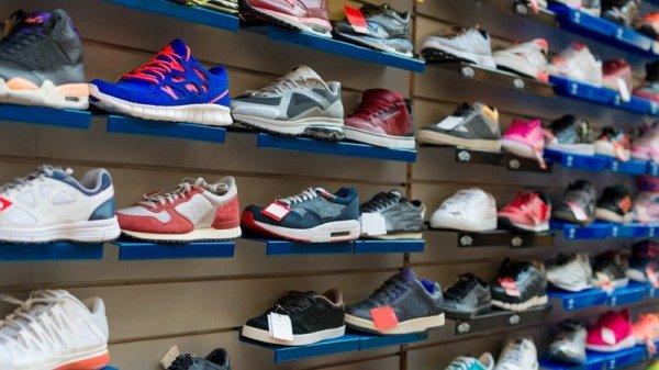 Khát khao 1 đôi giày nhưng được tặng có 1 chiếc, cậu bé nghèo đã làm 1 việc, về sau được cả thế giới biết đến - Ảnh 2.