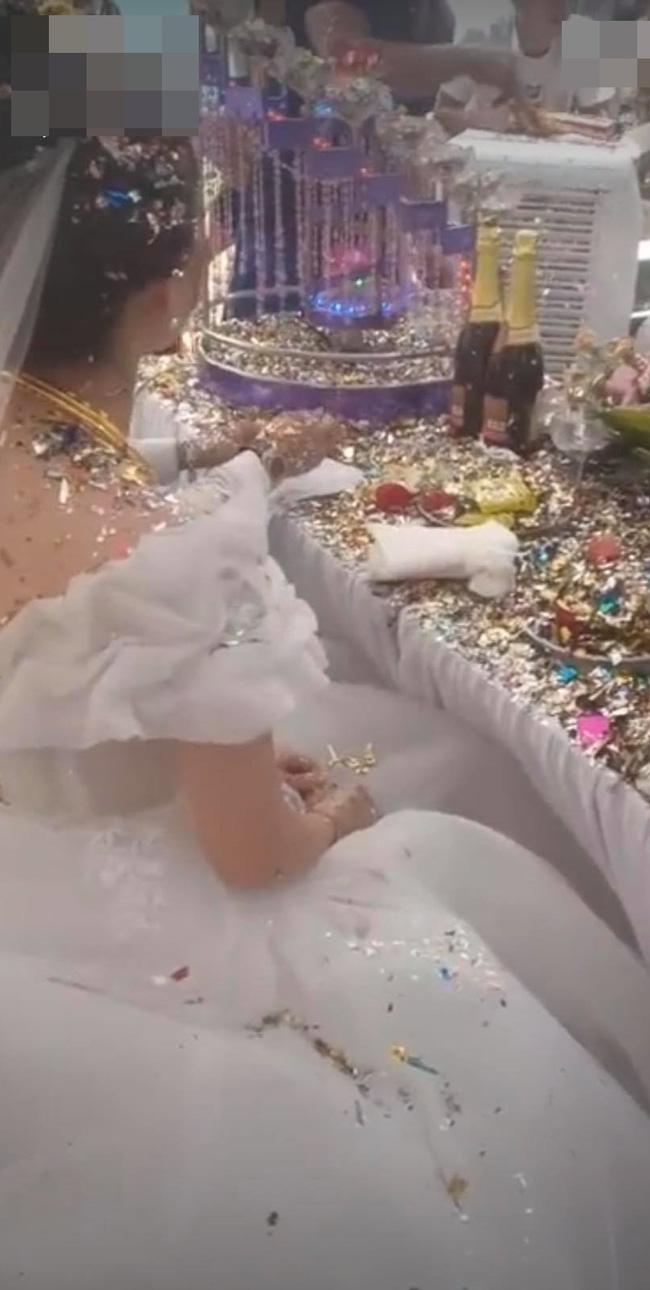 Cô dâu chú rể choáng váng vì sự cố kinh hoàng trong đám cưới, nhìn nhưng món đồ sau khi thực hiện nghi lễ biến dạng trên bàn mà ai cũng xót xa hộ - Ảnh 1.