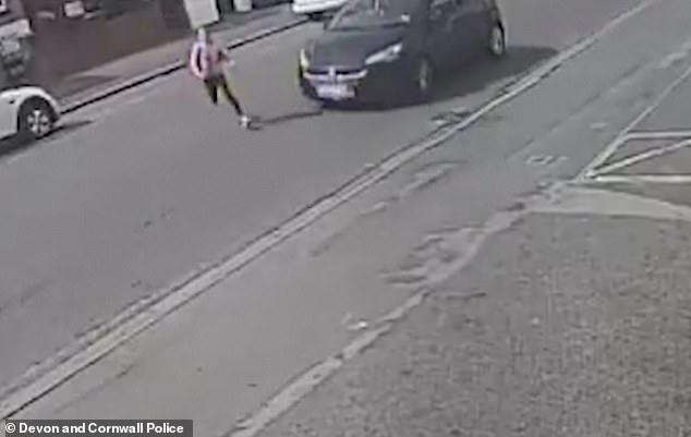 Bé gái lao nhanh sang đường không quan sát, bị ô tô húc văng lên không trung và diễn biến sau đó khiến mọi người kinh ngạc - Ảnh 2.