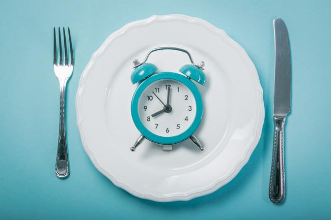 Ăn tối sớm có thể làm được 2 điều tuyệt vời mà ai cũng thích, đặc biệt là những chị em đang muốn thon thả - Ảnh 1.