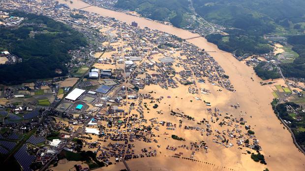 Mưa lớn kỉ lục gây lũ lụt nghiêm trọng ở Nhật Bản: Nhà cửa chìm trong biển nước, người dân phải trèo lên mái chờ giải cứu - Ảnh 3.