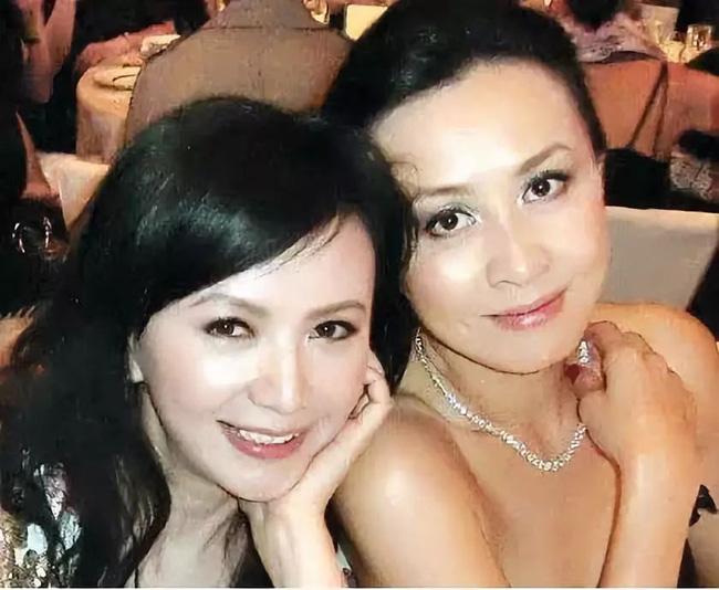 Những mối quan hệ kỳ lạ trong Cbiz: Châu Tấn thân thiết trên mức tình bạn với con gái tình địch cũ, Hoắc Kiến Hoa thoải mái đi chơi cùng người yêu cũ của vợ - Ảnh 2.