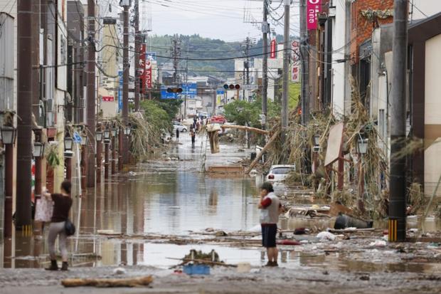 Mưa lớn kỉ lục gây lũ lụt nghiêm trọng ở Nhật Bản: Nhà cửa chìm trong biển nước, người dân phải trèo lên mái chờ giải cứu - Ảnh 8.