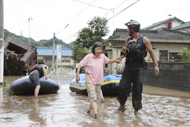 Mưa lớn kỉ lục gây lũ lụt nghiêm trọng ở Nhật Bản: Nhà cửa chìm trong biển nước, người dân phải trèo lên mái chờ giải cứu - Ảnh 9.