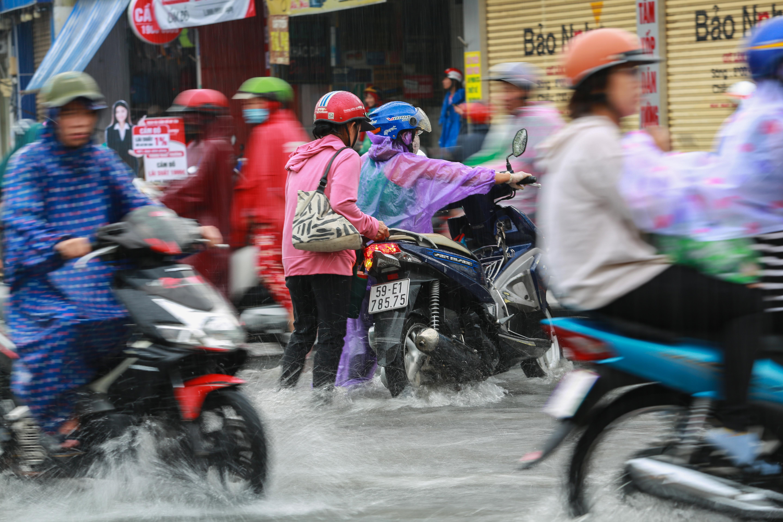 [ẢNH] Nước chảy xiết kéo nhiều xe máy đổ nhào giữa phố Sài Gòn, người dân dắt bộ cho an toàn - Ảnh 6.