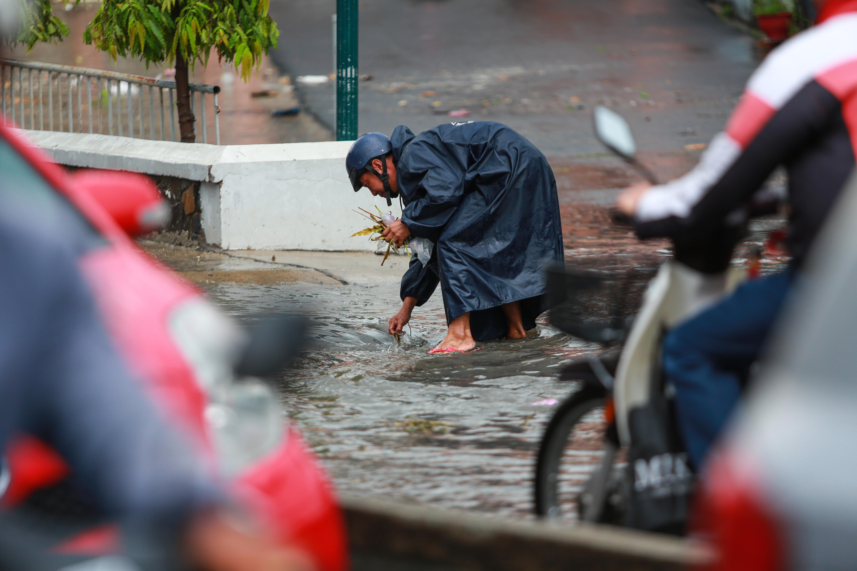 [ẢNH] Nước chảy xiết kéo nhiều xe máy đổ nhào giữa phố Sài Gòn, người dân dắt bộ cho an toàn - Ảnh 9.