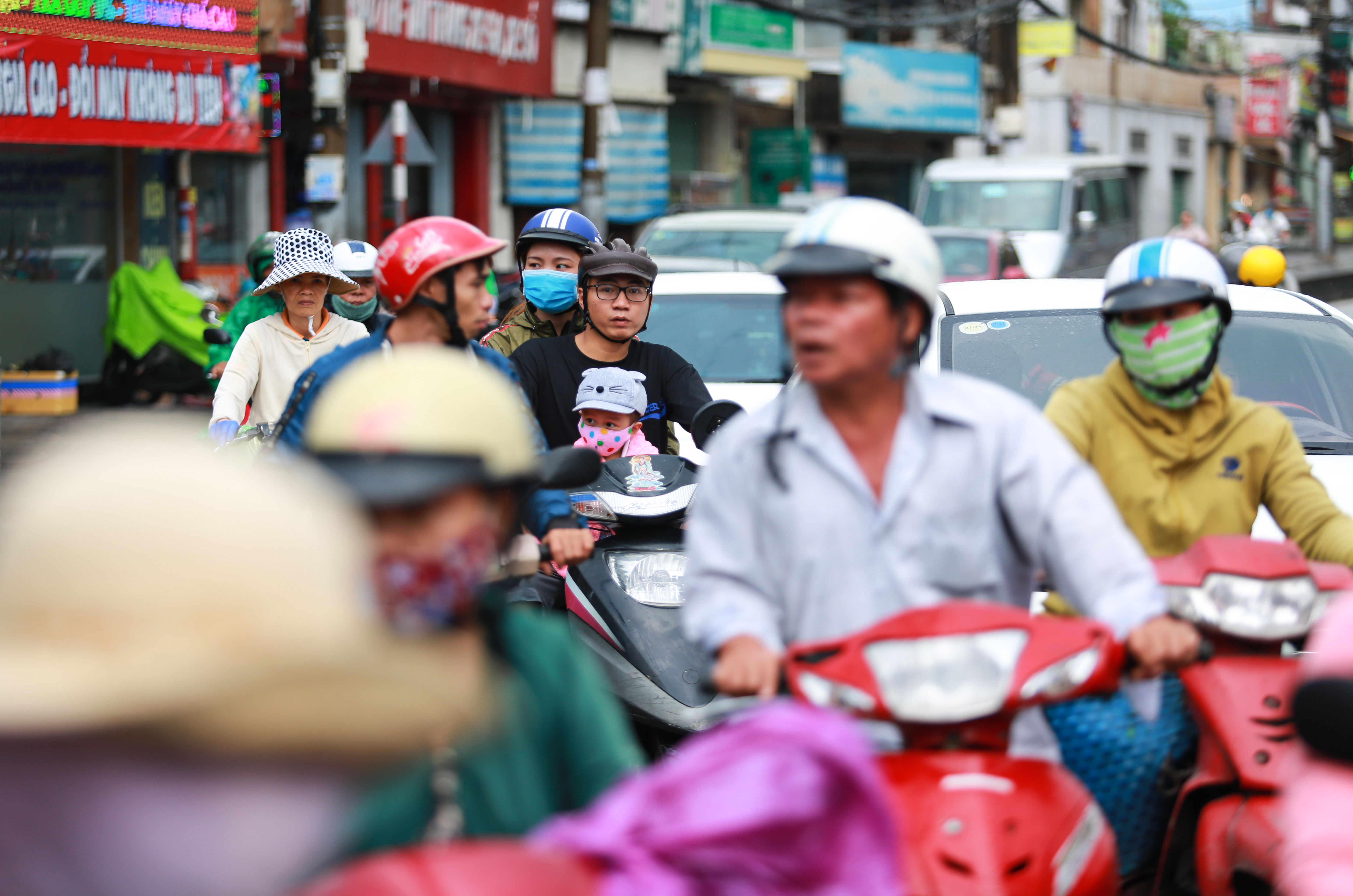 [ẢNH] Nước chảy xiết kéo nhiều xe máy đổ nhào giữa phố Sài Gòn, người dân dắt bộ cho an toàn - Ảnh 12.