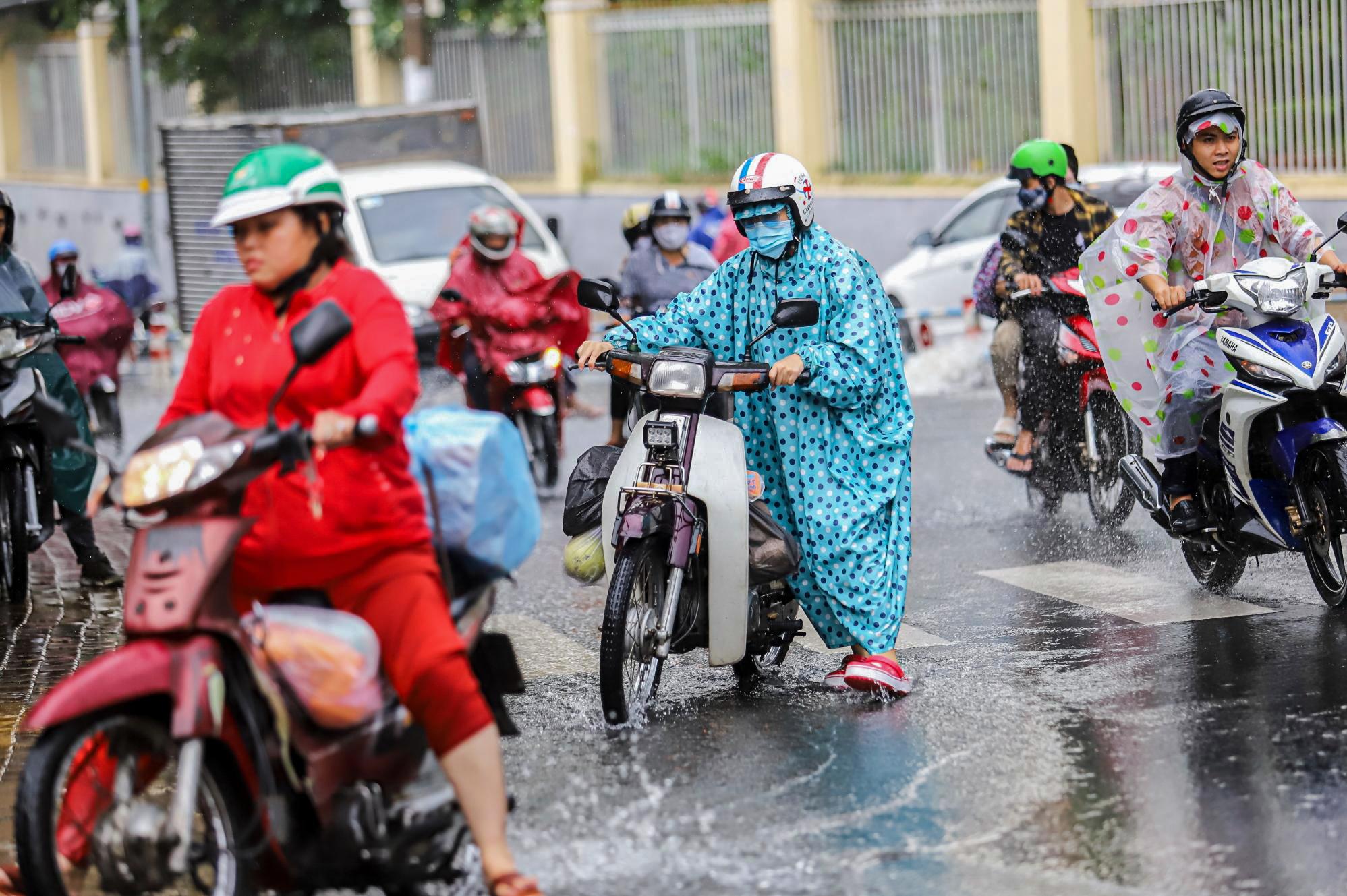 [ẢNH] Nước chảy xiết kéo nhiều xe máy đổ nhào giữa phố Sài Gòn, người dân dắt bộ cho an toàn - Ảnh 7.