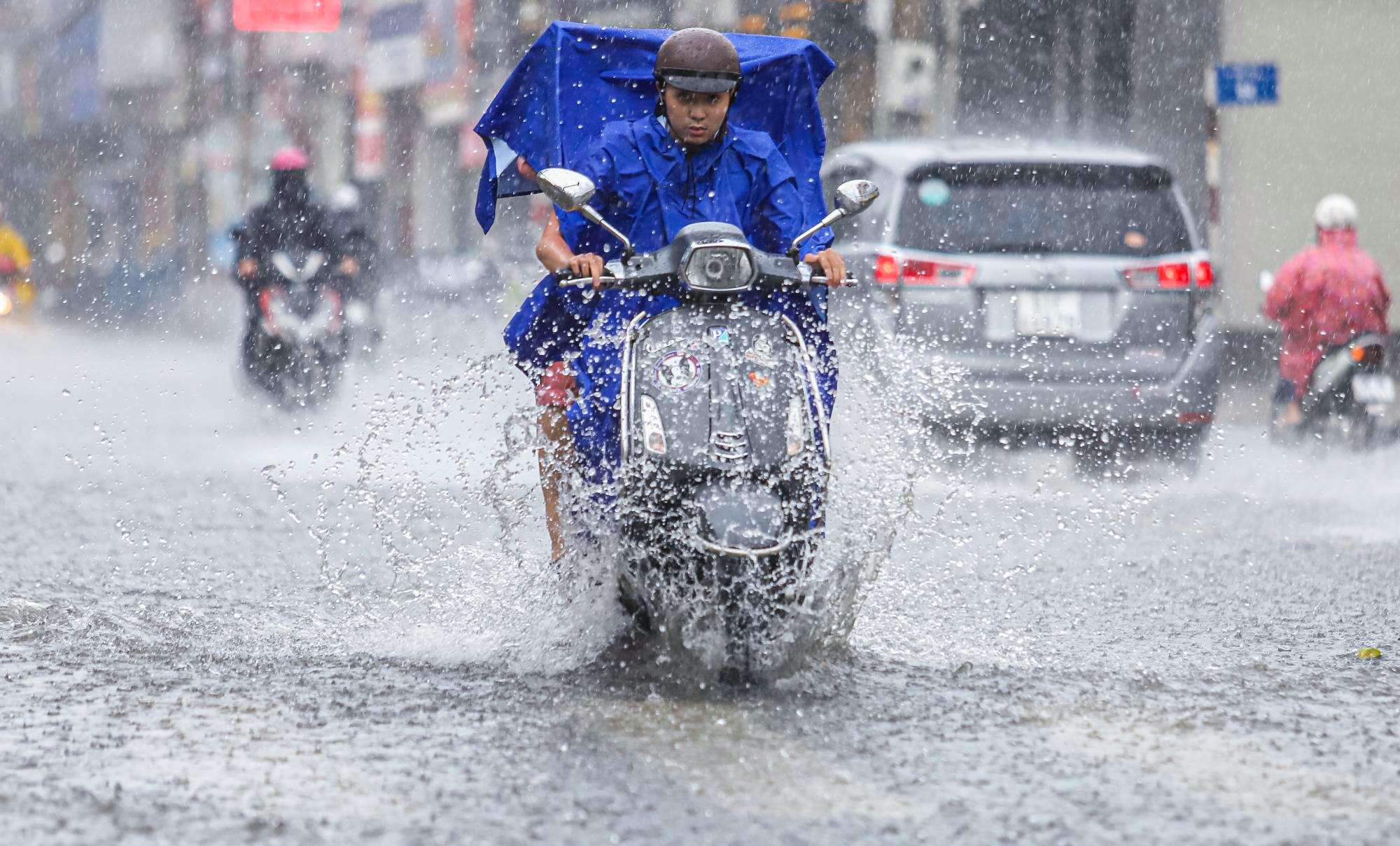 [ẢNH] Nước chảy xiết kéo nhiều xe máy đổ nhào giữa phố Sài Gòn, người dân dắt bộ cho an toàn - Ảnh 1.