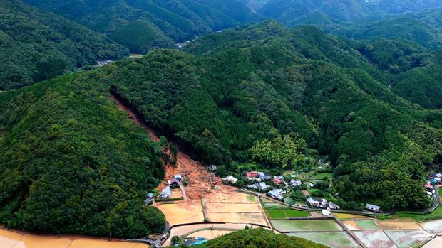 Mưa lớn kỉ lục gây lũ lụt nghiêm trọng ở Nhật Bản: Nhà cửa chìm trong biển nước, người dân phải trèo lên mái chờ giải cứu - Ảnh 4.