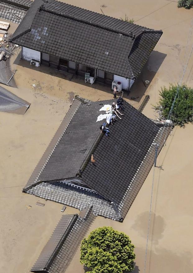 Mưa lớn kỉ lục gây lũ lụt nghiêm trọng ở Nhật Bản: Nhà cửa chìm trong biển nước, người dân phải trèo lên mái chờ giải cứu - Ảnh 5.