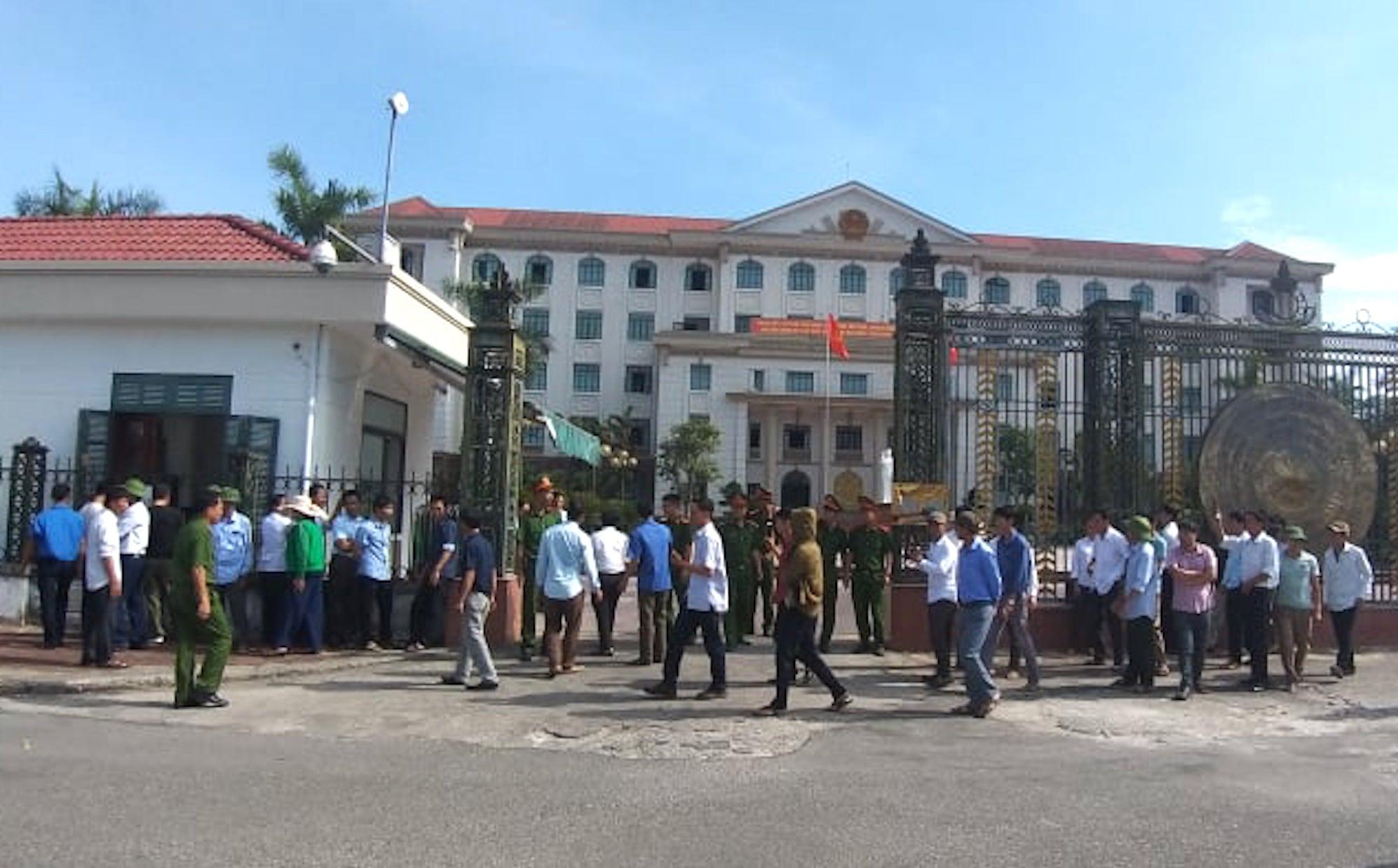 Vụ hàng chục phụ huynh kéo nhau lên Ủy ban tỉnh: Đồng ý chưa giải thể trường cấp 3