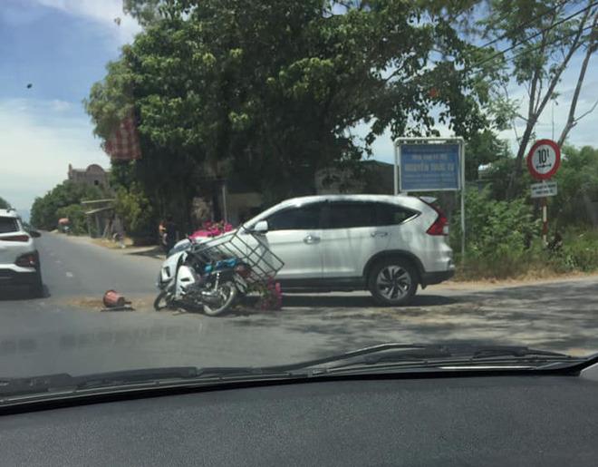 Thanh niên chạy xe máy đâm móp ô tô, gia đình lao đến nạt nộ, phản ứng của nữ tài xế khiến tất cả nể phục - Ảnh 1.