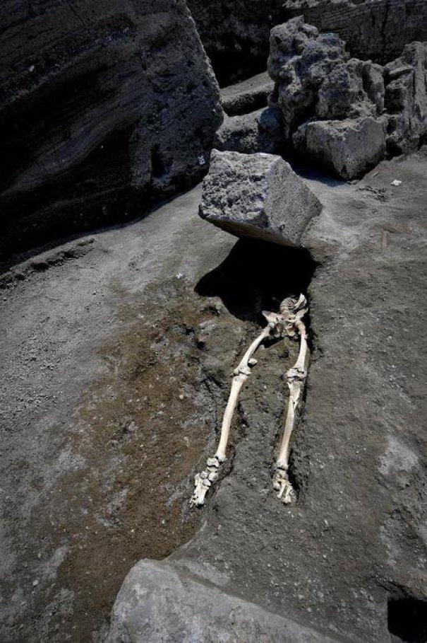 9. Dấu vết hóa thạch cho thấy bộ xương ở Pompeii này là kết quả của việc anh chàng đang chạy trốn nham thạch núi lửa thì bị hòn đá nặng 300 kg bay thẳng mặt, và ra đi một cách oan ức.