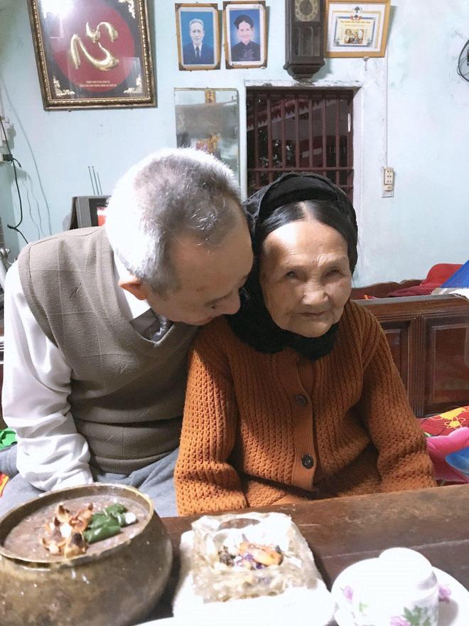 Xúc động cảnh bà nội 90 tuổi run run dúi tiền vào tay cháu trong ngày lên thành phố nhập học - Ảnh 2.