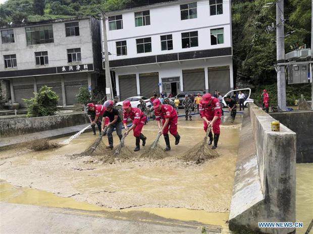 Chùm ảnh: Lũ lụt nghiêm trọng tại Trung Quốc, hơn 12 triệu người bị ảnh hưởng - Ảnh 1.