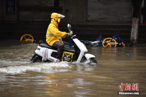 Chùm ảnh: Lũ lụt nghiêm trọng tại Trung Quốc, hơn 12 triệu người bị ảnh hưởng - Ảnh 11.