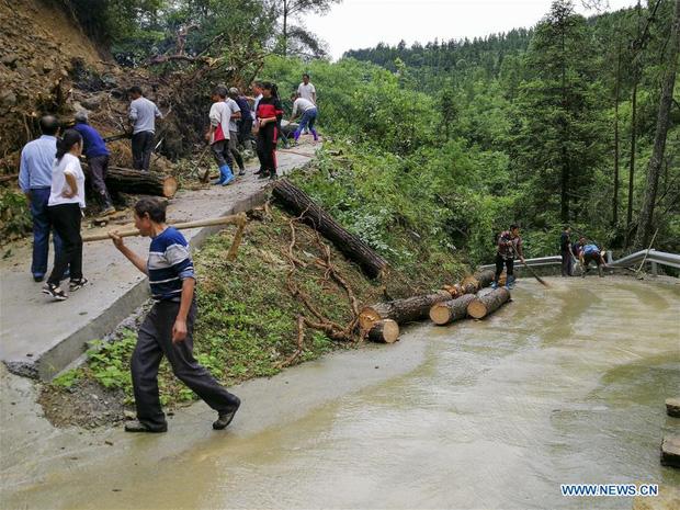 Chùm ảnh: Lũ lụt nghiêm trọng tại Trung Quốc, hơn 12 triệu người bị ảnh hưởng - Ảnh 3.