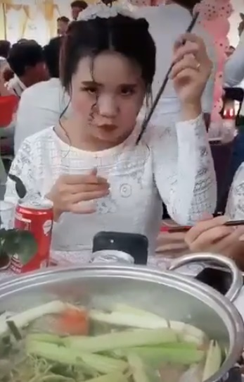 Đi ăn tiệc với vẻ ngoài xinh xắn, cô gái bất ngờ hơ nóng đũa rồi hành động khó hiểu - ảnh 3