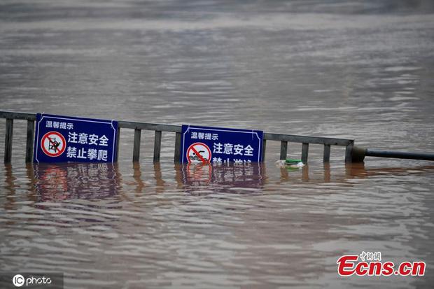 Chùm ảnh: Lũ lụt nghiêm trọng tại Trung Quốc, hơn 12 triệu người bị ảnh hưởng - Ảnh 5.