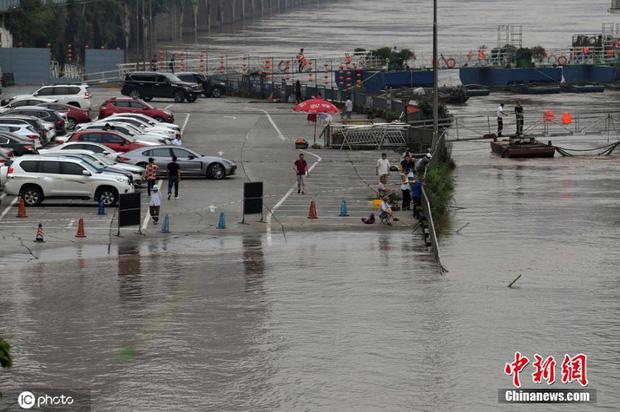Chùm ảnh: Lũ lụt nghiêm trọng tại Trung Quốc, hơn 12 triệu người bị ảnh hưởng - Ảnh 6.