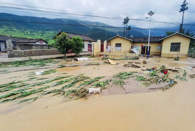 Chùm ảnh: Lũ lụt nghiêm trọng tại Trung Quốc, hơn 12 triệu người bị ảnh hưởng - Ảnh 7.