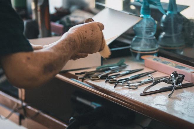 Tiệm cắt tóc hoạt động suốt 3 thập kỉ đóng cửa vĩnh viễn vì Covid-19, hình ảnh người thợ già lầm lũi ngày cuối cùng khiến nhiều người rơi nước mắt - Ảnh 7.